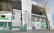 La brasserie s'insère dans l'angle sud-ouest du stade Geoffroy Guichard.