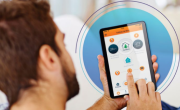 Une application sur tablettes, téléphones et ordinateurs est disponible.