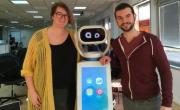 Jade Lemaître (CTO) et Max Vallet (CEO) entourent le robot Heasy.