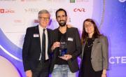 Benjamin Cohen (Fasteesh) reçoit le prix des mains de Hugues Pouzet (Germain & Maureau) et Marie Chabannes (Apicil). - bref eco