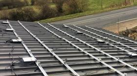 Micro-onduleurs APSystems posés sur un toit agricole