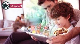 un papa raconte des histoires animées, sur tablette à son fils