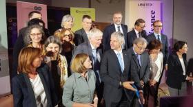 Laurent Wauquiez (Région), Emmanuel Imberton (CCI), Grégoire Giraud (Unitex) et une partie du comité scientifique du Musée des Tissus.