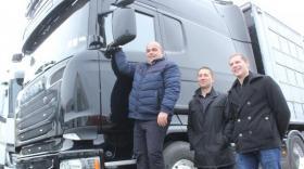 De gauche à droite : Christophe Barnaud, patron des transports Barnaud, Thierry Curt, directeur commercial de Brevet SA, et Gauthier Berri de Truck services et distribution, agent Scania.