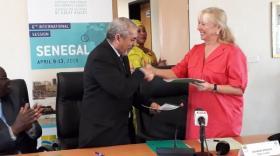 Elisabeth Ayrault PDG de CNR conclu l'accord avec Mohamed Bahiya Mogaha, le directeur général de la SEFAM