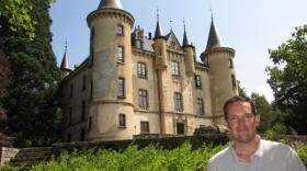 Antoine-Alexandre Cavroy, devant le château de Montivert à Saint-André-en-Vivarais.