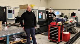 Loïc Bois, responsable du BE, dans l'atelier de mécanique avec Charly Tollé, l'un des tourneurs d'ATI brefeco.com
