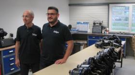 Dans la salle de vérification du matériel, Vincent Veyret le directeur commercial régional avec à sa droite Bruno Ponard, chargé d'affaires.
