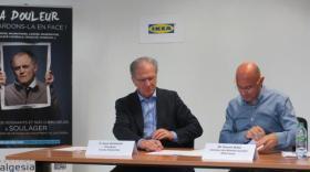 Alain Eschalier, président d'Analgesia et Vincent Segui, directeur des relations sociales chez Ikea France ont signé une convention de mécénat.