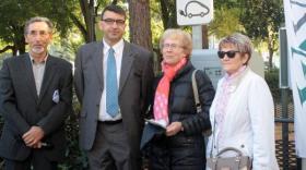 Au côtés de Michel Aurambout, vice-président VVA délégué au développement durable, Thierry Mège d'EDF a remis des ampoules Led aux premières familles du territoire.