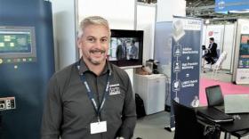 Romaric Eloud présente la première machine de fabrication additive avec usinage intégré.