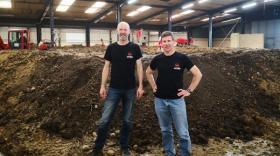 Thomas Houdy et Jeremy Davis devant le chantier de leur future salle