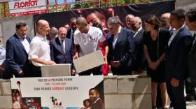 Tony Parker posant la première pierre de son Academy, en compagnie de Gérard Collomb, Gaëtan Muller, Jean-Marc Brun, David Kimelfeld et Georges Képénékian
