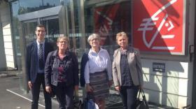 4 élus devant le siège social de la caisse d'Epargne