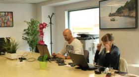 Un espace de coworking ainsi que des bureaux privés sont disponibles. -  brefeco.com