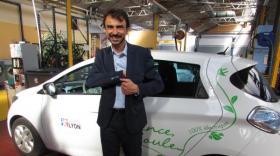 Au garage municipal de Lyon 8e : Grégory Doucet, maire de Lyon, devant un véhicule électrique. - bref eco