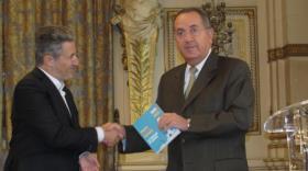 Thierry Lahon remet le Livre Blanc de l'Umih à Michel Delpuech