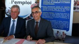 Jacques-Bernard Magnier, président d'Auvergne Active et Thierry Martin-Lassagne, directeur de Michelin Développement, signent la création de Femmes Activ'.