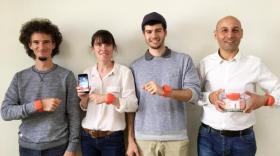 L'équipe d'Ido-data, avec le bracelet Dial aux poignets. De gauche à droite : Thomas Creveaux, Clara Fresnel, Antonin Carlesso et Yannick Tocquet brefecio