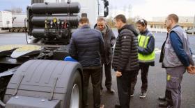Eric Thévenet (au premier plan) et ses équipes autour d'un camion de la flotte.