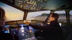 Un simulateur de cockpit d'avion de ligne.
