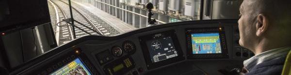 Un conducteur du métro utilisant le système de contrôle des trains embarqué