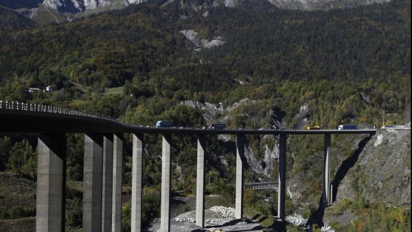 Mis en service en 1981, les viaducs des Egratz culminent à 68 mètres de hauteur.