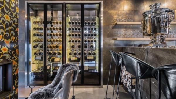 Une cave à vin artificielle à Courchevel, réalisée avec un système Friax Bref eco.com