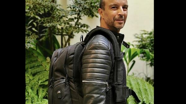 Gravipack est un sac à dos qui reporte le poids sur ses bretelles, pour ne rien sentir sur son dos.