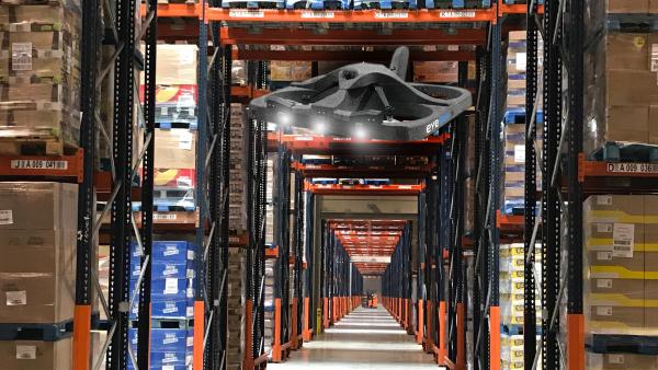 Le drone inventoriste Eyesee de Hardis en phase d'approche commerciale