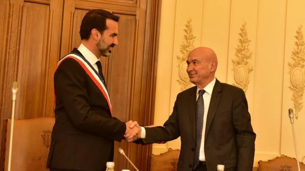 Frédéric Aguilera avec son écharpe tricolore serre la main de Claude Mlahuret dans la salle du conseil municipal de Vichy