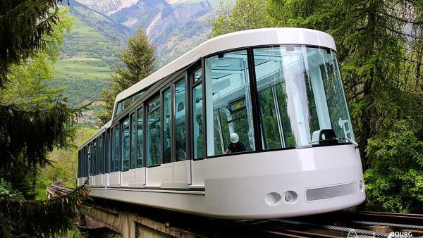 Le funiculaire permet aux vacanciers provenant de Paris, Londres ou Amsterdam d'arriver skis au pied.