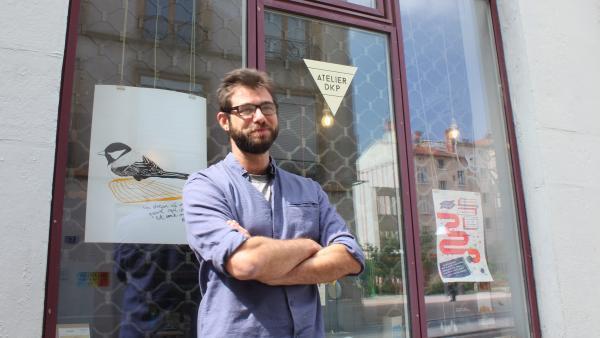 Sofian Tallal devant les locaux de l'atelier DKP où il élabore son projet.