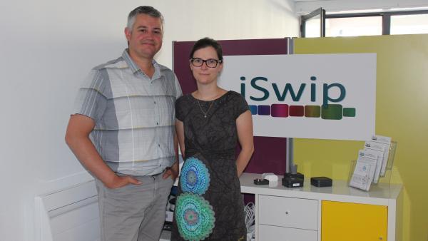 Emmanuel TORCHY et son épouse Amandine, dans les locaux d'iSwip à Dagneux