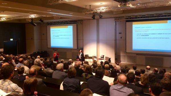 Véronique Pradal, directrice, et Michel Fraisse, président de Ressort, devant les partenaires et accompagnés.