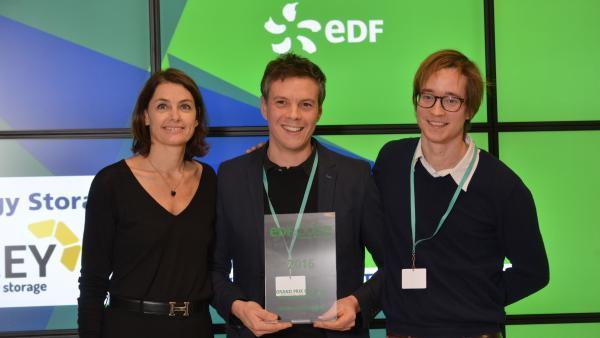 Gilles Moreau (au centre) et Raphaël Meyer (à droite) reçoivent le Grand Prix du Jury des mains de Karine Dognin-Sauze, vice-présidente de la Métropole de Lyon en charge de l'Innovation - Métropole Intelligente - Développement numérique.