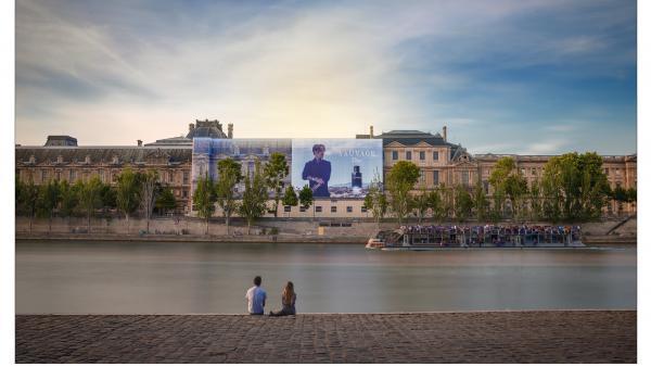 Prismaflex International a confectionné des bâches monumentales apposées sur le musée du Louvre