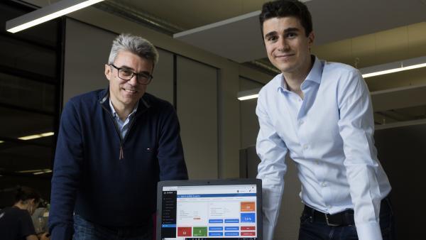 Jean Abrial se tient (à droite), en compagnie de son père Jean-Christophe